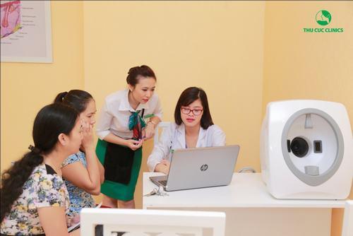 Bác sĩ Thu Cúc Clinics đang thăm khám và tư vấn cách trị mụn hiệu quả cho khách hàng.