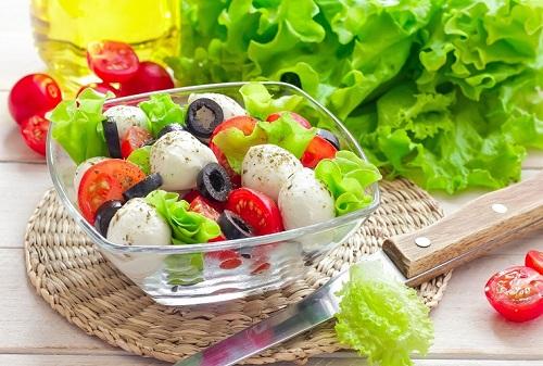 Chế độ dinh dưỡng hợp lý giúp cải thiện tình trạng mụn ẩn dưới da
