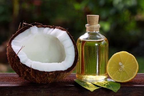 Dầu dừa chứa nhiều dưỡng chất đem đến khả năng làm mờ đốm thâm hiệu quả