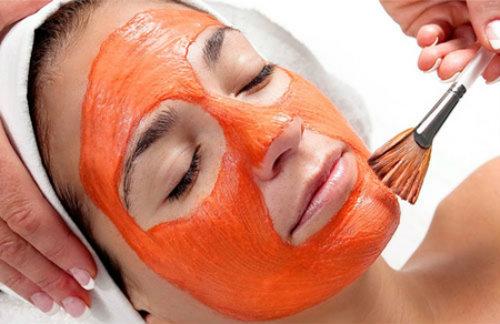 Đắp mặt nạ bằng dầu gấc để trị vết thâm trên mặt.