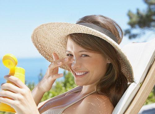 Luôn chống nắng với các sản phẩm có chỉ số SPF 30+ trở lên.
