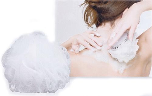 Dùng bông tắm để làm sạch cơ thể dễ dàng hơn.