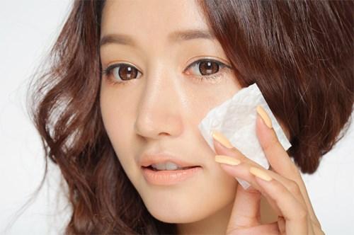 Sử dụng giấy thấm dầu để xác định loại da chuẩn của bản thân.