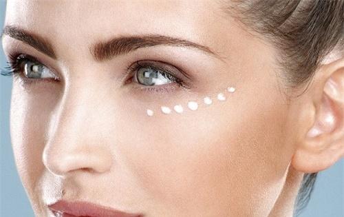 Sử dụng kem dưỡng chuyên biệt cho vùng mắt để ngăn ngừa lão hóa.