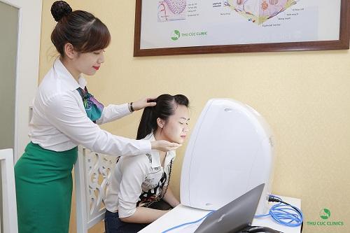 Khách hàng được soi da xác định tình trạng mụn và xây dựng liệu trình điều trị