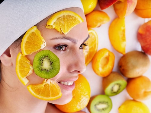 Đắp mặt nạ trái cây là cách làm đẹp phổ biến của các chị em.
