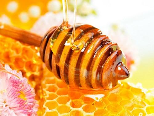 Mật ong là một trong những nguyên liệu tự nhiên giúp làm se khít lỗ chân lông ở mũi rất hiệu quả.