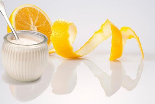 Hỗn hợp nước ép cam và sữa chua chứa nhiều dưỡng chất đem đến khả năng trị tàn nhang an toàn, nhanh chóng