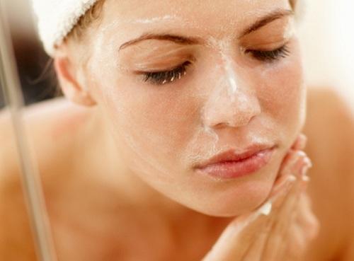 Chăm sóc da để làm mờ vết thâm mụn nhanh chóng.