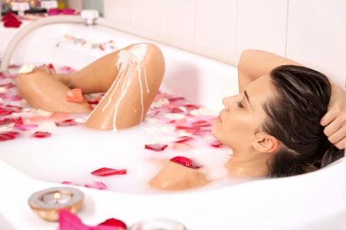 Ưu điểm tắm trắng tại nhà là chi phí rẻ, dễ thực hiện