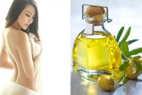 Để dầu oliu phát huy hết tác dụng, trong quá trình thực hiện bạn nên mát xa nhẹ nhàng để dưỡng chất thẩm thấu.