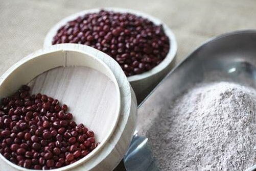 Đậu đỏ chứa nhiều dưỡng chất đem đến khả năng tắm trắng da tại nhà