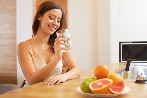 Tăng cường rau xanh, trái cây và uống đủ nước hàng ngày để da sáng khỏe từ bên trong cơ thể.