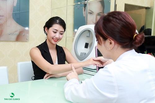 Bác sĩ thẩm mỹ Thu Cúc Clinics đang thăm khám, tư vấn phương pháp tắm trắng phù hợp với đặc điểm, tính chất làn da của khách hàng.