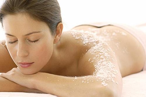 Trước khi tắm trắng, khách hàng được làm sạch, tẩy tế bào chết toàn thân.