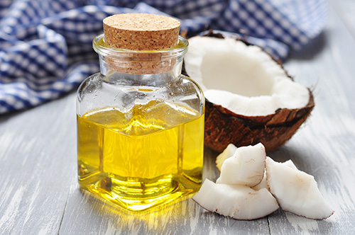 Kết hợp dầu dừa với bã cà phê trong công thức tắm trắng tại nhà.