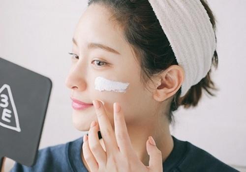 Đừng chỉ dưỡng ẩm cho mỗi mặt, bạn nên dùng sản phẩm dưỡng cho toàn thân để da luôn trắng sáng, khỏe mạnh.