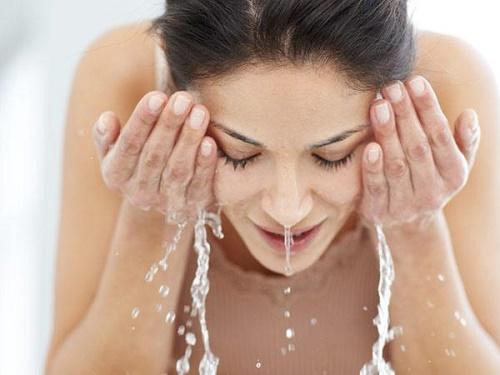 Rửa mặt bằng nước nóng khiến da nhanh bị tổn thương, lão hóa