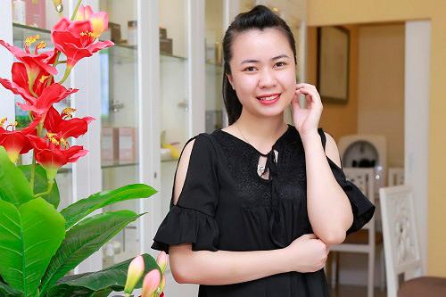 """Còn cô nàng sinh viên Bùi Trang thì: """"Công nghệ BlueLight giúp em không còn phải sống chung với mụn, cũng không lo vết thâm sẹo do mụn để lại làm phiền, cảm giác thật tự tin…"""""""