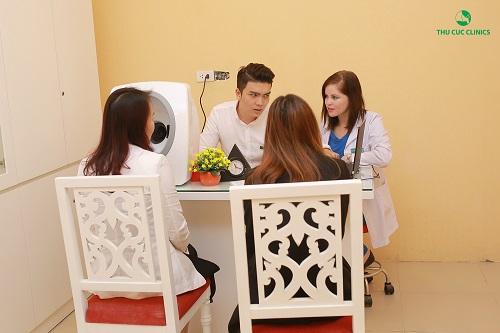 Bác sĩ thẩm mỹ tại Thu Cúc Clinic đang tư vấn miễn phí về các phương pháp chăm sóc và điều trị về da cho khách hàng.