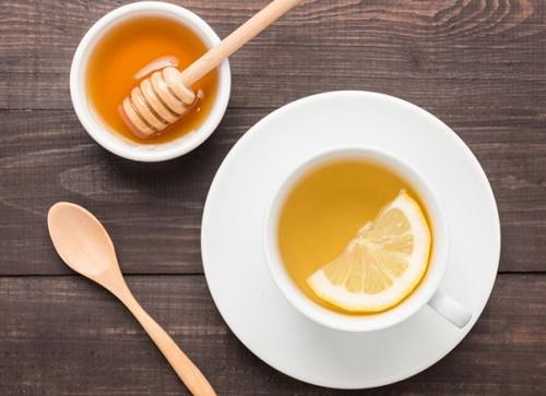 Uống tách nước pha từ mật ong giúp cơ thể thải độc từ bên trong, từ đó nuôi dưỡng làn da khỏe mạnh và hạn chế mụn xuất hiện.