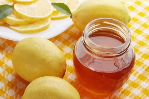Thoa hỗn hợp mật ong, chanh mỗi ngày giúp trị mụn hiệu quả