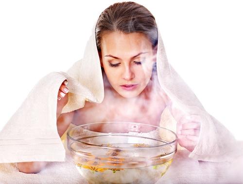 Xông hơi bằng nước nóng để nang lông dãn nở và mềm da.