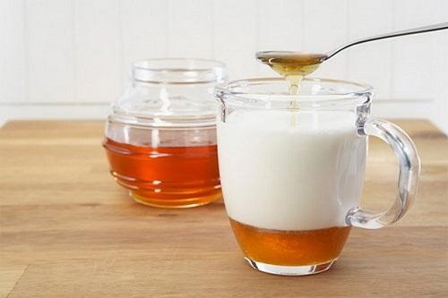 Hỗn hợp mật ong, sữa tươi chứa nhiều dưỡng chất đem đến khả năng dưỡng trắng da tại nhà