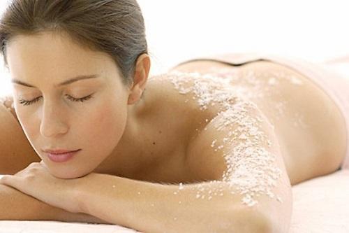 Trước khi tắm trắng thao tác tẩy da chết vô cùng quan trọng, bởi chúng giúp loại bỏ tế bào chết, loại bỏ bã nhờn hiệu quả