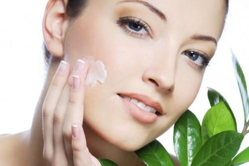Thoa kem dưỡng ẩm mỗi ngày giúp làn da đàn hồi mềm mịn hơn
