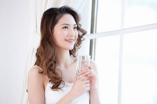 Uống đủ nước mỗi ngày giúp làn da căng mịn, đồng thời chất độc hại trong cơ thể được thải ra