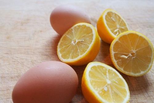 Nước cốt chanh, trứng gà là hỗn hợp dưỡng trắng đơn giản chị em có thể áp dụng tại nhà