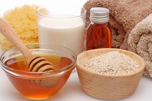 Một trong những hỗn hợp vàng dưỡng trắng tại nhà là bột cám gạo và mật ong