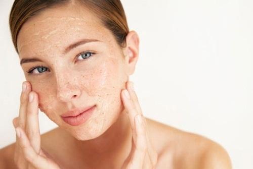 Việc lạm dụng tẩy tế bào chết nhiều lần khiến làn da mỏng đi, suy yếu và dễ kích ứng