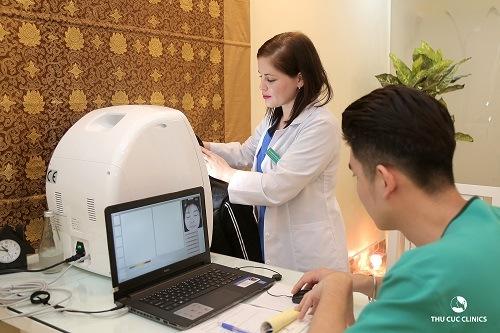 Chuyên gia thẩm mỹ hàng đầu tại Thu Cúc Clinics đang thăm khám và tư vấn phương pháp chăm sóc, làm đẹp da miễn phí cho khách hàng.