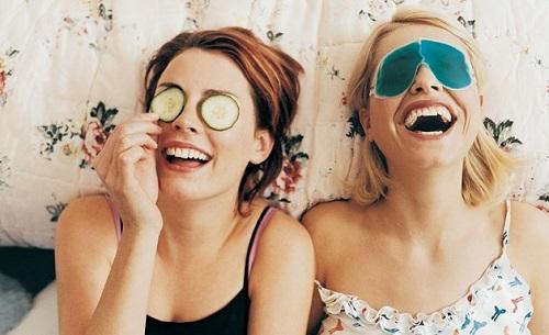 Chăm sóc cho vùng mắt giúp gương mặt trẻ trung và rạng rỡ hơn.