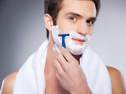 Dùng thêm kem chuyên dụng sẽ giúp quá trình caọ râu dễ dàng và sạch sẽ hơn, làn da cũng trở nên mềm và dễ chịu.