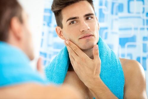Cấu trúc da mặt nam giới dày, nhiều tuyến nhờn và có thêm râu hỗ trợ.