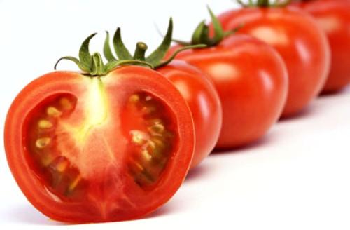 Cách trị mụn bọc ở cằm bằng cà chua