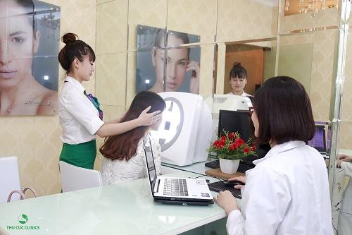 Tìm đến gặp chuyên gia để được thăm khám và tư vấn về cách trị mụn bọc sưng tấy nhanh chóng và hiệu quả nhất.