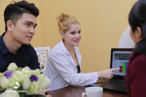 Khách hàng được tư vấn trị mụn bởi bác sĩ chuyên khoa da liễu tại Thu Cúc Clinics