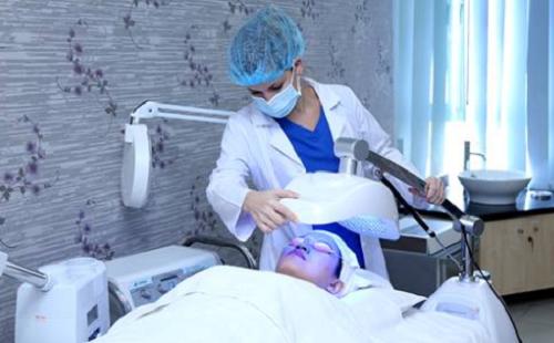 Hình ảnh thực tế khách hàng trị mụn với công nghệ Blue Light tại Thu Cúc