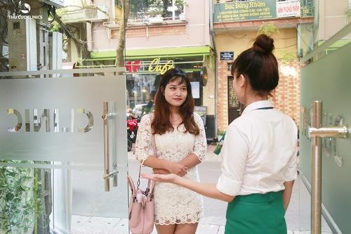 Lan Hương đã đặt lịch trước qua tổng đài 1900 5588 96. Cô nàng tới Thu Cúc Clinics đúng hẹn và được tiếp đón, hướng dẫn tận tình.