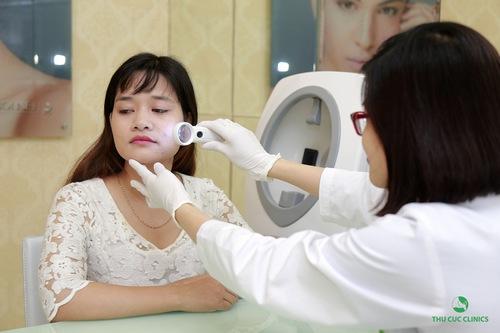Sau bước tư vấn ban đầu, cô nàng nhanh chóng được bác sĩ soi da, kiểm tra và xác định tình trạng mụn cụ thể.