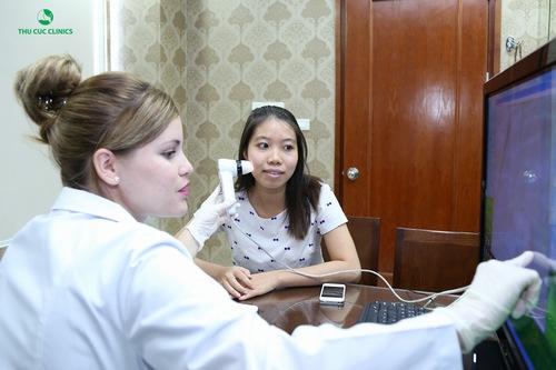 Bác sĩ Thu Cúc Clinics thăm khám tình trạng mụn bọc của khách hàng.