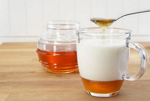 Hỗn hợp sữa tươi, mật ong có khả năng dưỡng trắng da tại nhà