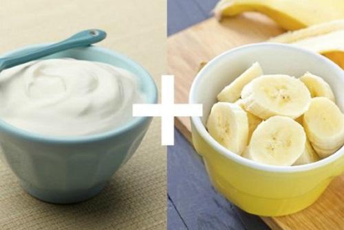 Thoa hỗn hợp sữa chua, chuối lên da mỗi ngày đem đến tác dụng dưỡng trắng da hiệu quả