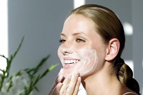 Để dưỡng chất thẩm thấu tối ưu khi dưỡng da bằng nguyên liệu tự nhiên, bạn nên làm sạch mặt trước và sau khi điều trị
