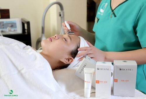 Khách hàng đang thực hiện dịch vụ làm trắng da toàn diện bằng công nghệ 3C tại Thu Cúc Clinics.