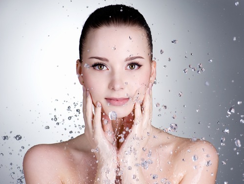 Làm sạch da sau ngày dài làm việc là cách giúp cho làn da được nghỉ ngơi, thư giãn.